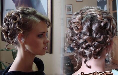 Вечерняя прическа с локонами на средние волосы