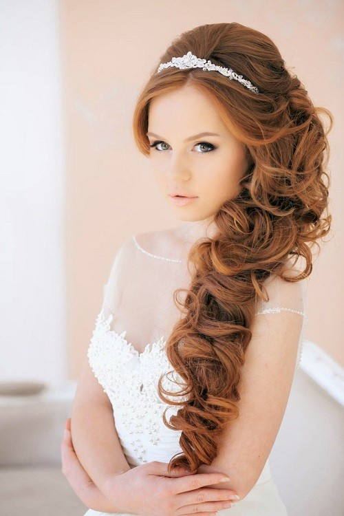 Вечерняя прическа на бок на средние волосы