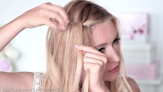 Распущенные волосы, украшенные плетеным ободком - этап выполнения 1