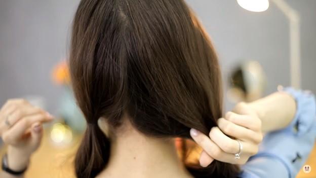 Прически на 1 сентября для девочек: Ракушка набок с хвостом, этап 1