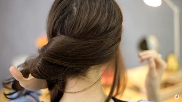 Прически на 1 сентября для девочек: Ракушка набок с хвостом, этап 2