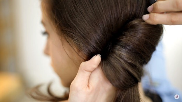 Прически на 1 сентября для девочек: Ракушка набок с хвостом, этап 3