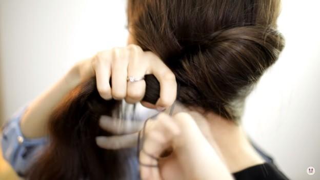 Прически на 1 сентября для девочек: Ракушка набок с хвостом, этап 4