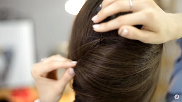 Прически на 1 сентября для девочек: Ракушка набок с хвостом, этап 5