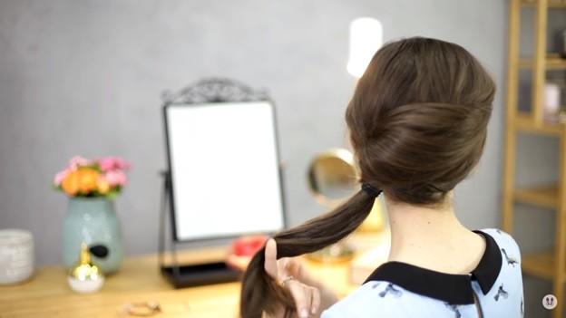 Прически на 1 сентября для девочек: Ракушка набок с хвостом, этап 6