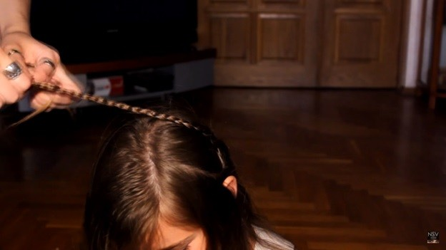 Коса с ободком на голове и вплетенной в нее тонкой косичкой, 1 этап выполнения