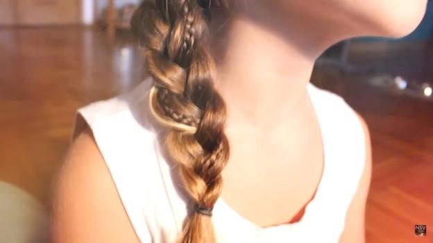 Коса с ободком на голове и вплетенной в нее тонкой косичкой, 4 этап выполнения