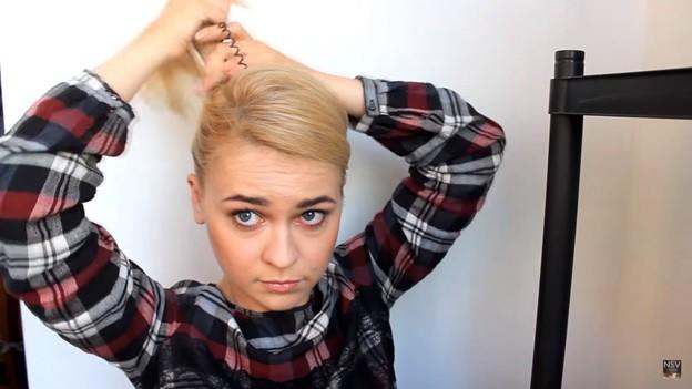 Пучок с закрепленными волосами набок, 2 этап выполнения