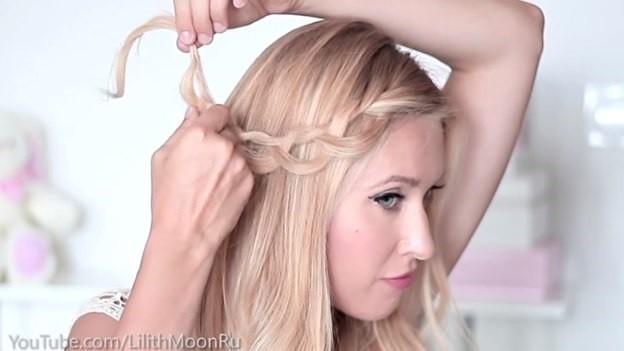 Распущенные волосы, украшенные плетеным ободком - этап выполнения 3