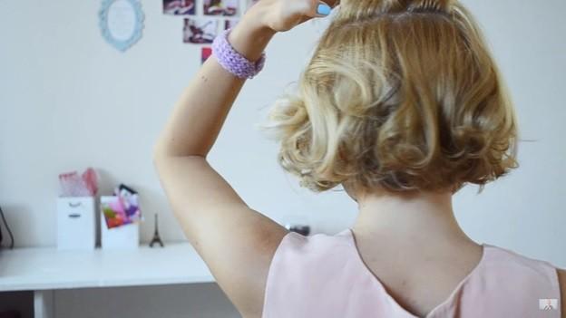 Пучок из волнистых волос: прическа на 1 сентября - 1 этап выполнения