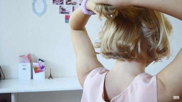 Пучок из волнистых волос: прическа на 1 сентября - 2 этап выполнения