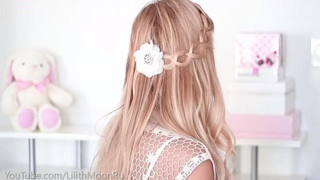 Распущенные волосы, украшенные плетеным ободком - этап выполнения 5