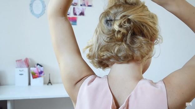Пучок из волнистых волос: прическа на 1 сентября - 6 этап выполнения