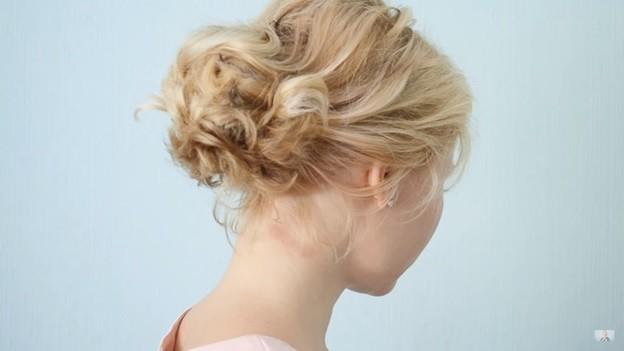 Пучок из волнистых волос: прическа на 1 сентября - 7 этап выполнения
