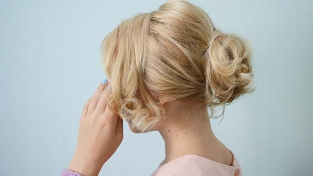 Пучок из волнистых волос: прическа на 1 сентября - 8 этап выполнения