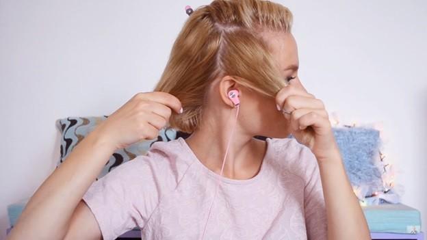 Распущенные волосы с эффектом выбритого виска, 2 этап выполнения прически