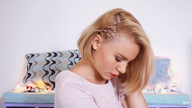 Распущенные волосы с эффектом выбритого виска, 5 этап выполнения прически