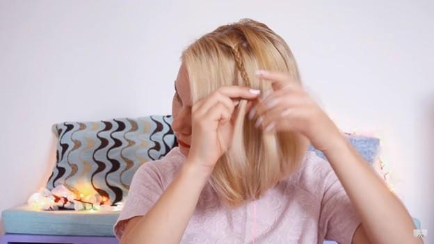 Прическа с косичкой набок на 1 сентября на короткие волосы поэтапно, 1 этап