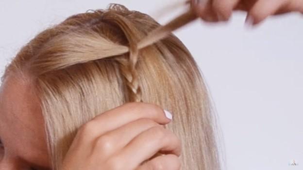 Прическа с косичкой набок на 1 сентября на короткие волосы поэтапно, 2 этап