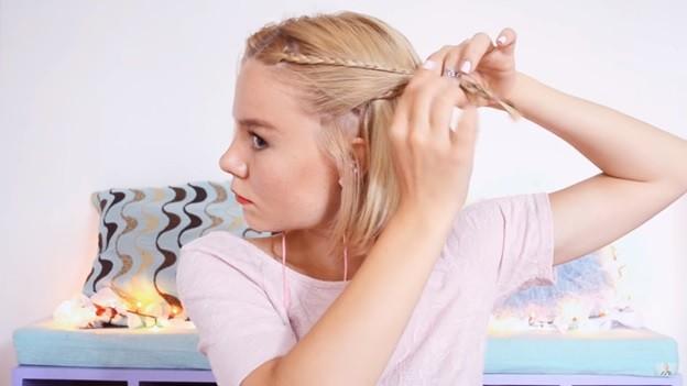 Каре с двумя косичками - прическа для девочки на 1 сентября, 4 этап выполнения