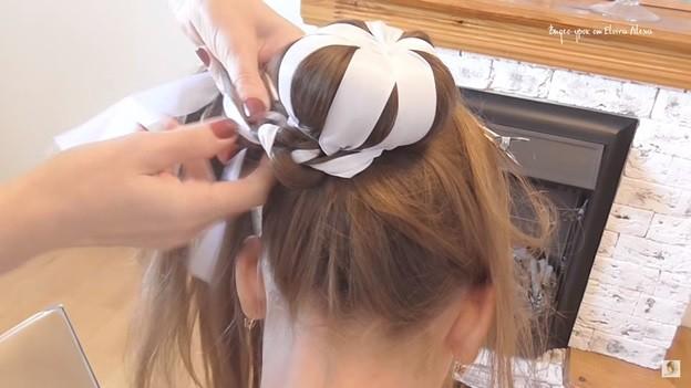Пучок с лентами и косой - прическа на 1 сентября для девочки