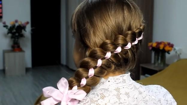 Ажурная коса из 4 прядей с лентами и бантом
