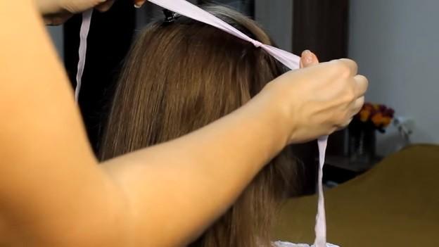 Ажурная коса из 4 прядей с лентами и бантом, 1 этап выполнения