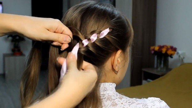 Ажурная коса из 4 прядей с лентами и бантом, 2 этап выполнения