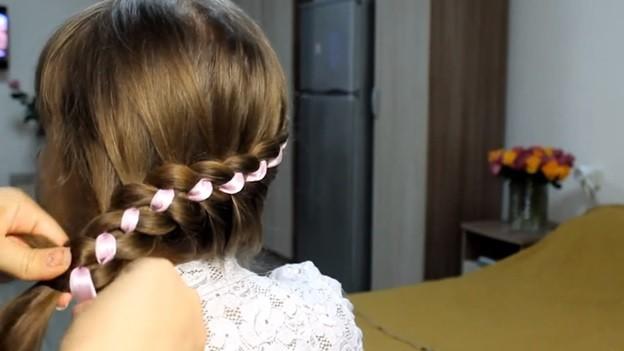 Ажурная коса из 4 прядей с лентами и бантом, 3 этап выполнения