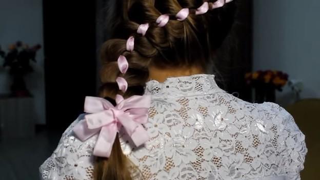 Ажурная коса из 4 прядей с лентами и бантом, 4 этап выполнения