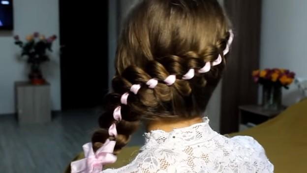 Ажурная коса из 4 прядей с лентами и бантом, 5 этап выполнения