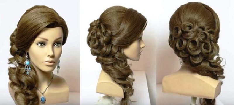 Объёмная коса набок на выпускной, украшенная локонами