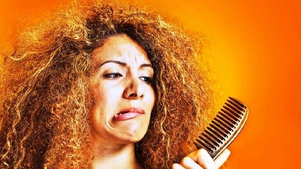 После химической завивки волосы расчесывают только в сухом состоянии