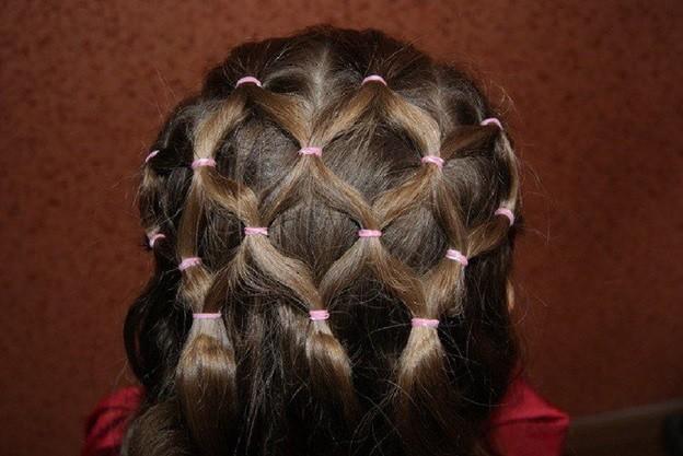 Плетение оригинальной сеточки из прядок волос